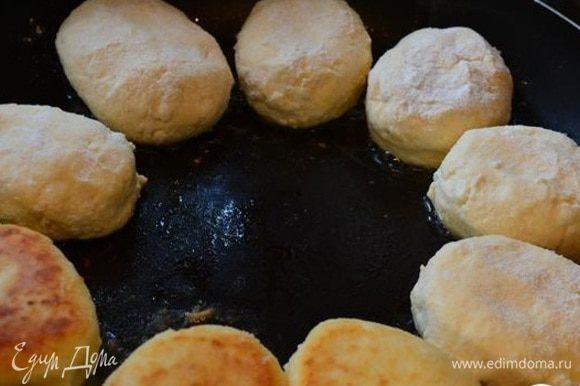 Сформировать сырники мокрыми руками, обвалять в муке. Обжарить сырники с двух сторон на раскаленной сковороде с небольшим количеством постного масла.