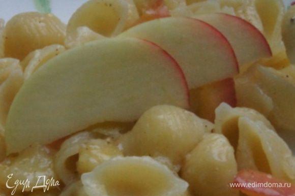 Разложить по тарелкам и по желанию присыпать измельченными орехами. Я украсила яблоками. Приятного начала дня!