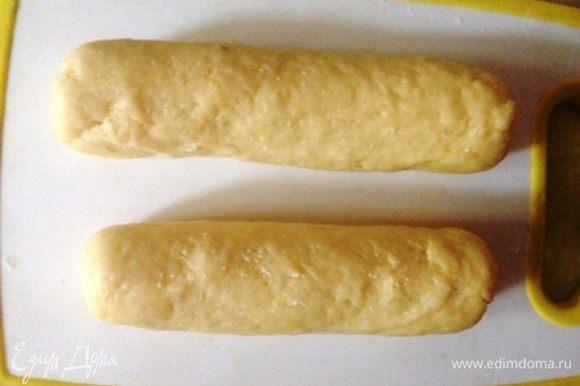 Добавить цедру половины лимона и муку с разрыхлителем, замесить тесто. Скатать из него колбаску и разделить ее на 16 равных частей.