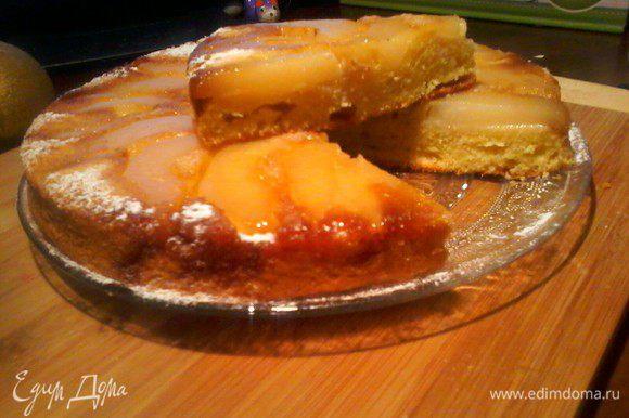 Пирогу всегда даю хорошо остыть, потом переворачивая на тарелку, он у нас перевертыш. Подаю так или с мороженым, очень он хорош и с ванильный кремом, дальше Ваша фантазия. Приятного аппетита :)