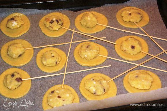 На центр печенья выкладываем начинку.