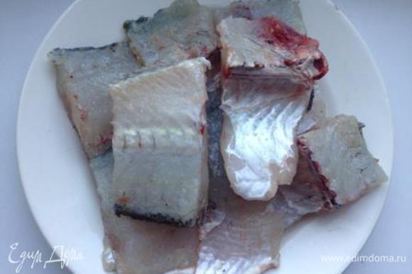 Рыбу нарезать кусками, посолить, сбрызнуть лимонным соком и оставить на 10 минут.