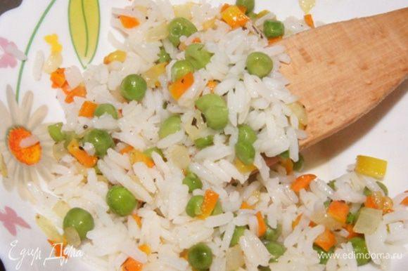 Смешать рис с овощами.