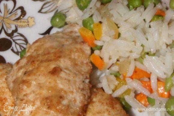 Достать из духовки куриную отбивную и подавать с рисом. Приятного аппетита!