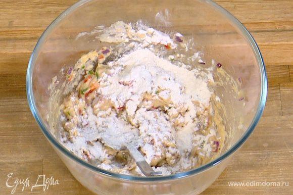 К фасоли с овощами добавить шнитт-лук и муку, все перемешать.