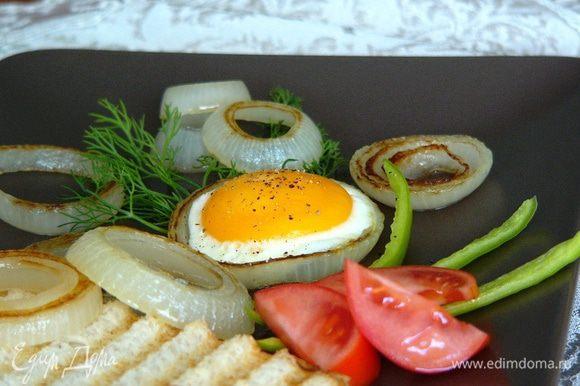 Сразу подавать яйцо на стол, вместе с луковыми кольцами, а также зеленью, свежими помидорами и горячим тостом! Приятного аппетита и бодрости на весь день!