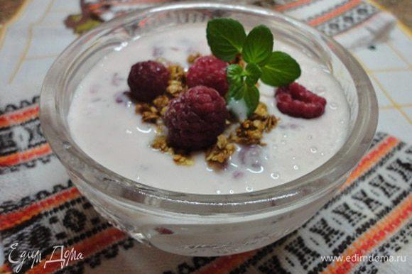 Залить йогуртовой смесью, посыпать оставшимися хлопьями и оформить ягодами и мятой.