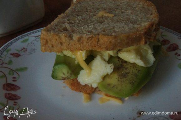 Собираем бутерброд: на кусок хлеба кладем авокадо, перчим по вкусу, выкладываем яичницу, накрываем вторым куском хлеба. Хрустящая сырная корочка, теплая яичница и авокадо. Сегодня это сочетание создало настроение на весь мой день! Кушаем пока бутерброд теплый. Приятного дня!