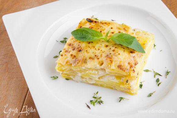Затем достаем гратен из духовки, посыпаем тертым сыром и отправляем еще на 5 минут в духовку. Украшаем зеленью по вкусу. Приятного аппетита!