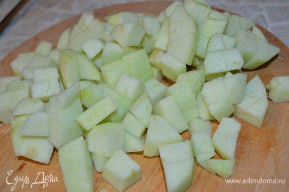 Мусс с зеленым яблоком: Желатин замочить в холодной воде и дать ему набухнуть. Яблоко очистите от шкурки и семян, нарежьте на кубики.