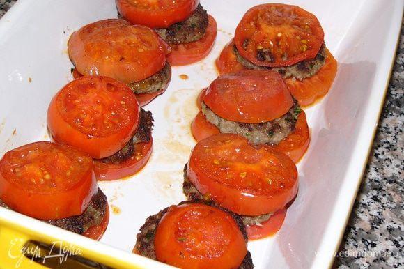 Накройте котлеты вторыми кружками помидор.