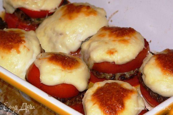 Запекайте блюдо в заранее разогретой духовке 15-20 минут (до зарумянивания).