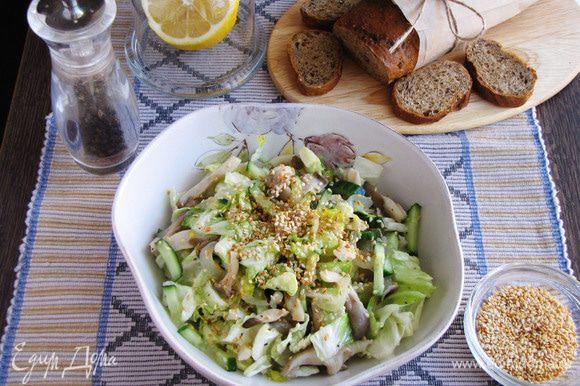 Переложить готовый салат в салатник, посыпать кунжутом. Приятного аппетита!