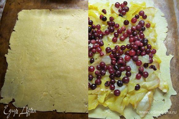 Прямо на бумаге для выпекания раскатать тесто в пласт размером 20x25 см. Выложить на него яблочную начинку, разровнять, посыпать клюквой. Раскатать второй пласт, накрыть им начинку, хорошо защипать края и проколоть вилкой в нескольких местах. Перед подачей хорошо остудить.