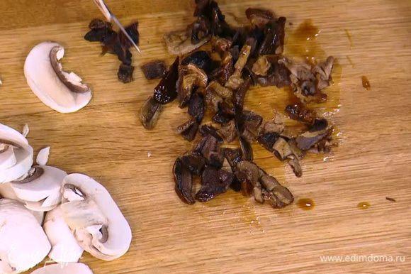 Сухие грибы замочить в кипятке на 30 минут, затем отжать и мелко порубить.
