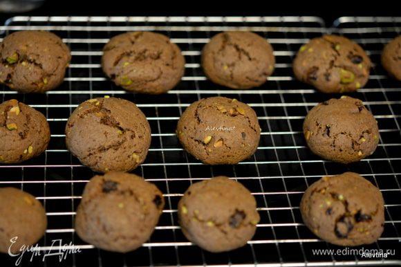 Печенье выложить на решетку, дать остыть 2 минуты.