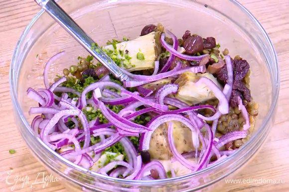 К чечевице добавить артишоки, оливки, измельченную петрушку и замаринованный лук.