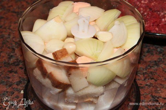 Чистим лук, чеснок, хлеб (батон) нарезаем кусочками. В чашу блендера отправляем батон, нарезанный крупно лук, чеснок, добавляем творог, нарезанное сало и молоко.