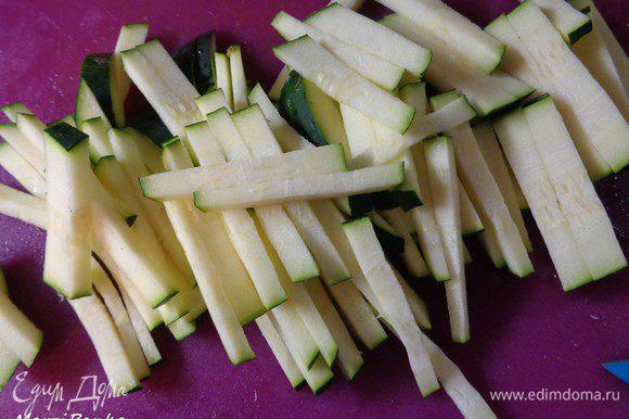 Цукини тоже нарезать соломкой и добавить в скороводу-wok.