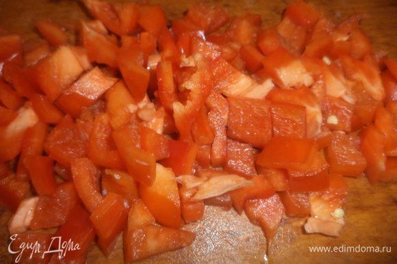 Стебли сельдерея нарезать тонкими ломтиками. Зелёный лук нарезать колечками. Мякоть болгарского перца нарезать кубиками.