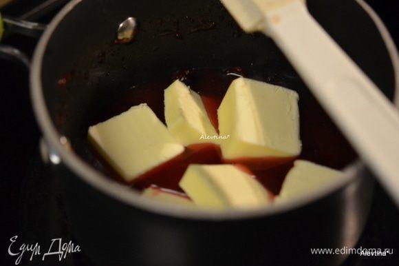 В кухонном процессоре смешать вяленую клюкву с клюквенным джемом, насадка нож. Клюква чтоб была маленькими кусочками. Переложить в небольшую кастрюльку, добавить масло и воду и готовить, помешивая на среднем огне. Довести до кипения, снять с огня и добавить апельсиновый ликер или натуральный апельсиновый сок.