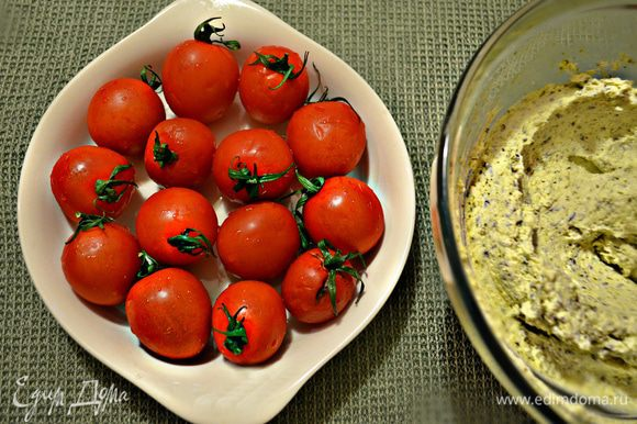 Помойте помидорки черри. У меня ушло 14 шт (300 г), по 1 шт на ватрушку.