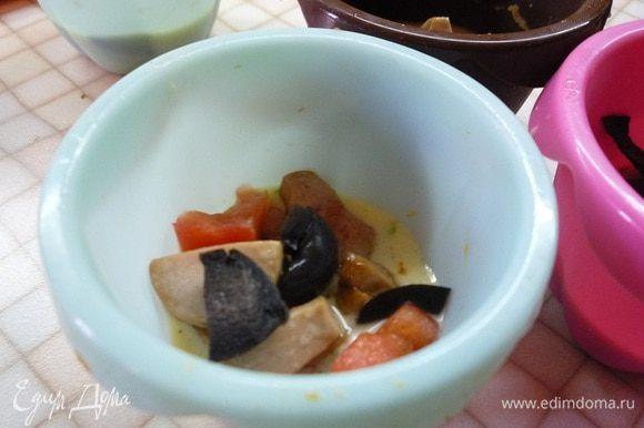 В формочки сначала кладем по столовой ложки яичной смеси, затем распределяем ветчину (по желанию добавьте помидоры и оливки).