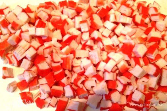 Крабовые палочки нарезать мелко.