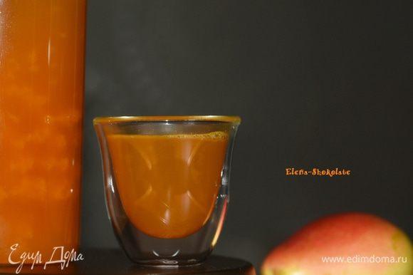Процедить в чайник или сразу в чашку, пить и согреваться. Угощайтесь!
