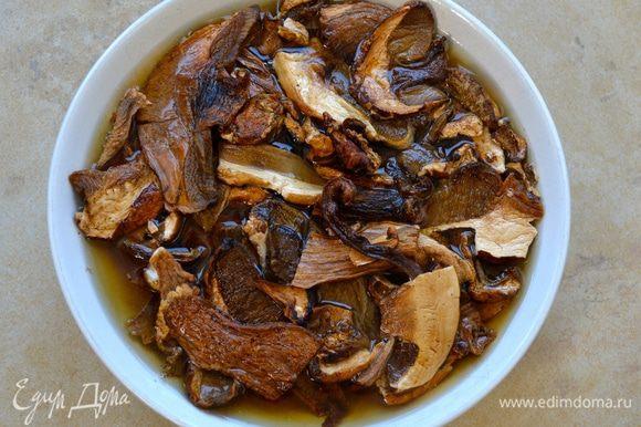 Сушеные белые грибы заранее залейте тёплой водой.