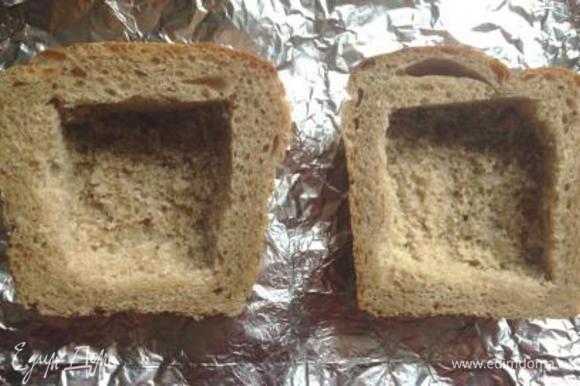 Взять 2 горбушки хлеба и освободить от мякиша.