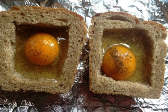 Смазать масличком (особенно края), вбить по одному яйцу. Посолить, поперчить.