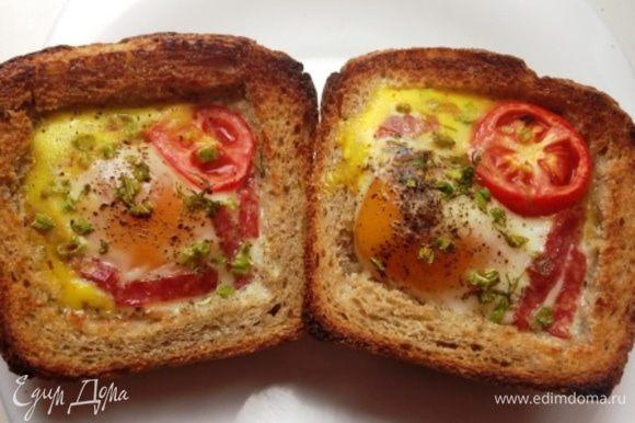 Запекать в духовке минут 15 до готовности яичницы.