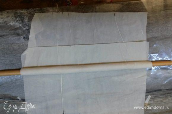 Для приготовления ватрушек нам понадобится длинная палка толщиной примерно 1 см. Наматываем лист теста фило на палку, не доходя до края 5 см.