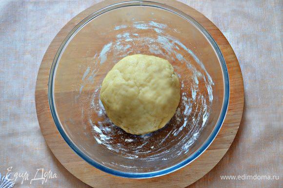 Для теста просейте муку. Добавьте щепотку соли, карри (для жёлтого цвета, по желанию) и разрыхлитель. Масло (комнатной температуры) разотрите с сахаром, добавьте сметану и перемешайте. Всыпьте мучную смесь и замесите мягкое тесто. Заверните его в пищевую плёнку и положите на 30 минут в холодильник.