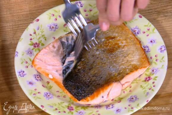 Семгу предварительно запечь в разогретой духовке, затем отделить кожу от филе.