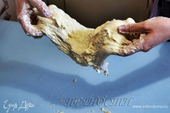 Затем достаточно сложное занятие — мы будем отбивать тесто. НЕ НУЖНО ПОДПЫЛЯТЬ РАБОЧУЮ ПОВЕРХНОСТЬ МУКОЙ! Новичкам будет особенно трудно, ведь перед нами достаточно жидкое тесто, и как из него сделать хлеб на данной стадии не совсем понятно. Перекладываем наше тесто на рабочую поверхность, НЕ ПОДПЫЛЕННУЮ МУКОЙ, и начинаем работать. Берем тесто двумя руками с двух сторон, отрываем его от рабочей повехности, немного как бы растягиваем руками, поднимаем вверх...