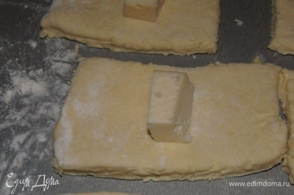 """Сыр нарезать маленькими кусочками. Сыр берите ваш любимый, у меня был """"Витязь"""". Завернуть сыр в тесто."""