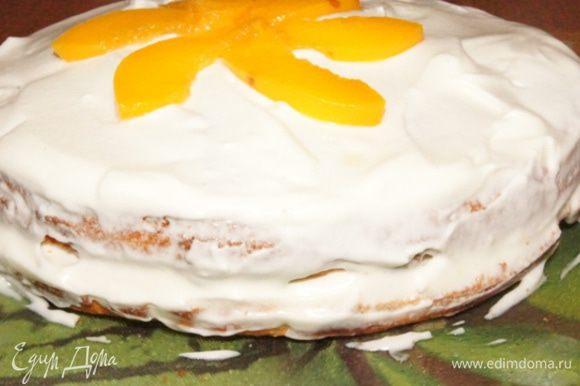 Накрыть вторым коржом и весь торт обмазать кремом. Украсить оставшимися персиками.Поставить торт для пропитки в холодильник на пару часов.