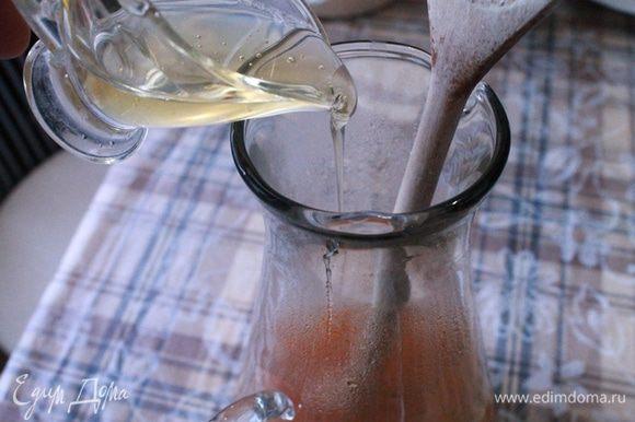 Наш будущий напиток перелить в кувшин, остудить 5 минут и добавить протертую облепиху. Следом влить мед и перемешать.