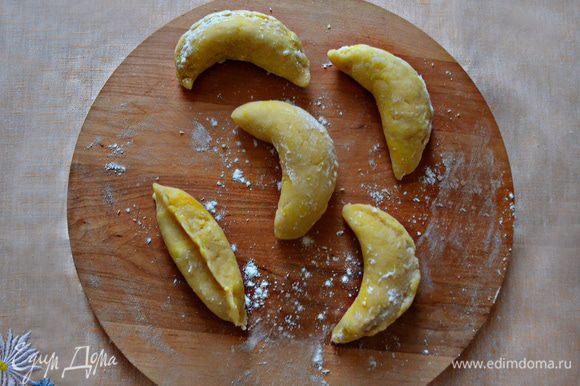 """Слепите пирожок и изогните его немного, придав форму банана. Противень выстелите пекарской бумагой, слегка смажьте маслом. Выложите """"бананчики"""" на противень и выпекайте 40-50 мин при 180°С. Печенье должно немного подрумяниться."""
