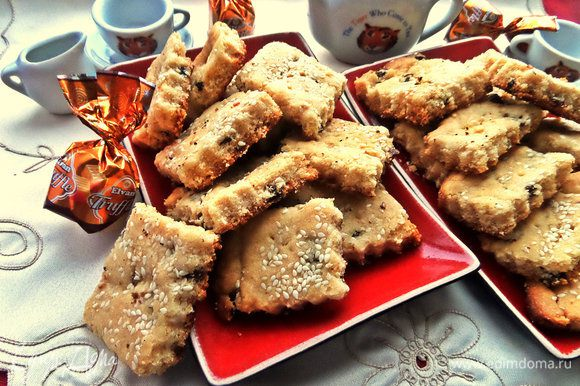 Отделяем печенье на квадратики или ромбики. Если нет фигурного ножа, просто сразу после духовки нарежьте печенье обычным ножом, пока оно горячее!