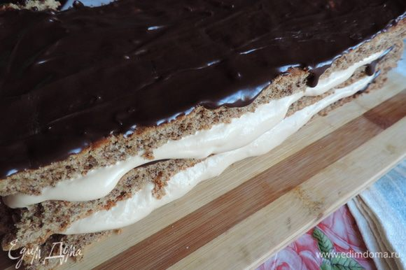 Последний пласт также кладем шоколадом вверх и обмазываем весь торт оставшимся кремом. Я уже не помню, куда так сильно торопилась, что забыла сфотографировать весь торт в готовом виде.