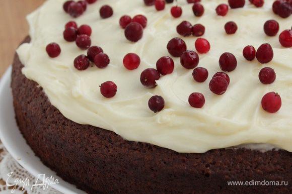Смазать остывший пирог и посыпать брусникой!