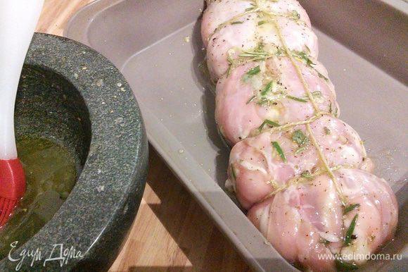 Разогрейте духовку до 180°C. В форму для запекания выложите рулет и кисточкой смажьте весь рулет смесью мёда, воды и оливкового масла. Запекайте рулет в течении 30-40 минут, иногда смазывая его выделившимся соком, до готовности мяса.