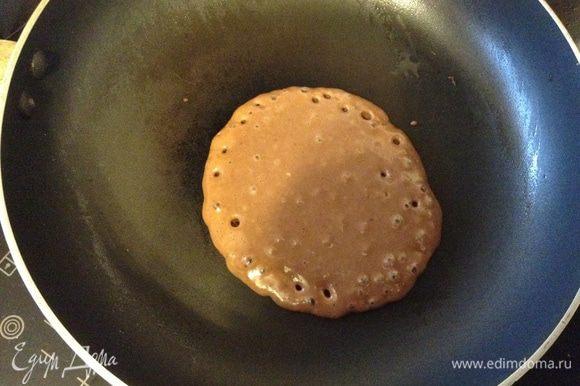 По рецепту нужно смазывать сковородку маслом и жарить, как оладьи, я же жарила на сухой сковородке по принципу панкейков. Жарим по одному, при появлении пузырьков перевернуть.