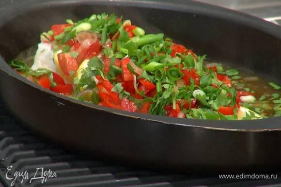 Готовую рыбу полить горячим соусом и посыпать измельченной зеленью.