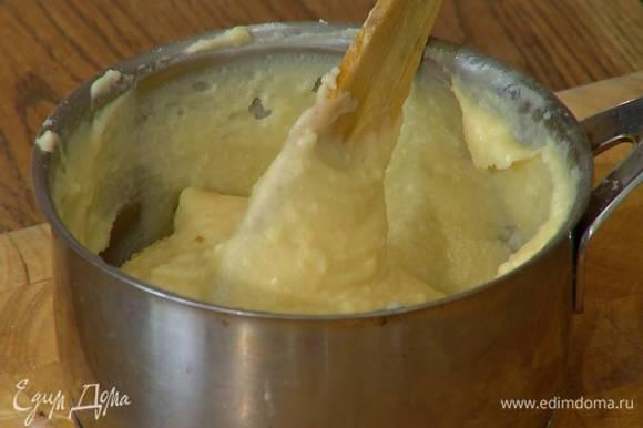 В слегка остывшее тесто понемногу вливать яичную массу, каждый раз вымешивая лопаткой — тесто должно стать однородным, гладким и блестящим.