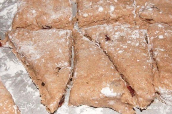 Каждый квадратик режем еще пополам, чтобы получились вот такие треугольнички. Перенести сконы на бумагу для выпечки, смазывать не надо ничем.