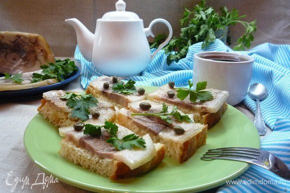 Можно подать к завтраку. Бутерброды со свиной рулькой и каперсами получаются вкусные и сытные. Приятного аппетита!